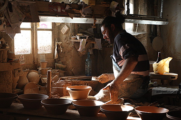 atelier de poterie avec un potier fabriquant des cassoles