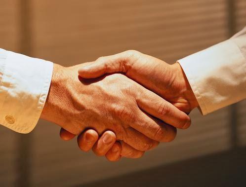 كيف تتحلى بالأخلاق الكريمة..وتكسب حب الناس  - مصافحة سلام الايدى باليدين - hand shake