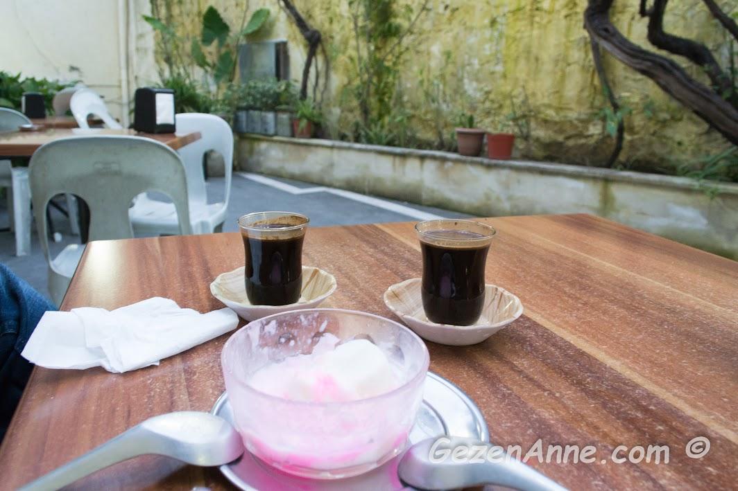 haytalı eşliğinde çay bardağında Türk kahvesi, Affan kahvesi Antakya Hatay