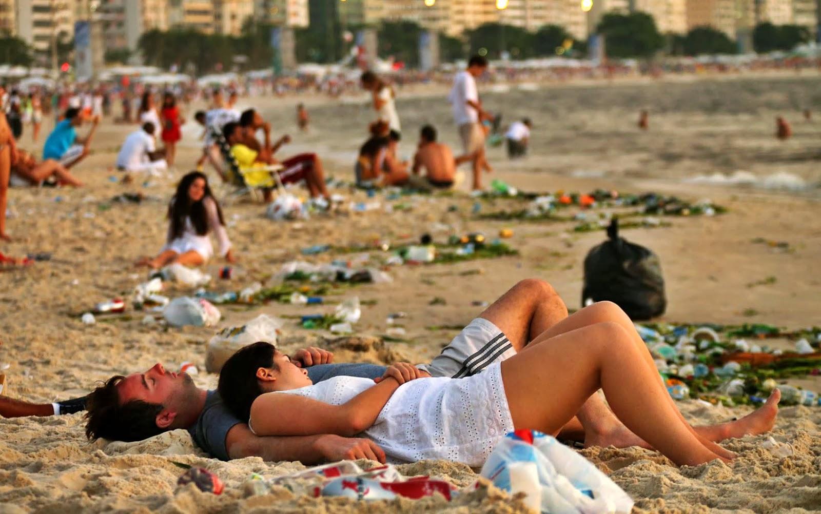 O 1º dia de 2014 de Copacabana: coberta de lixo.
