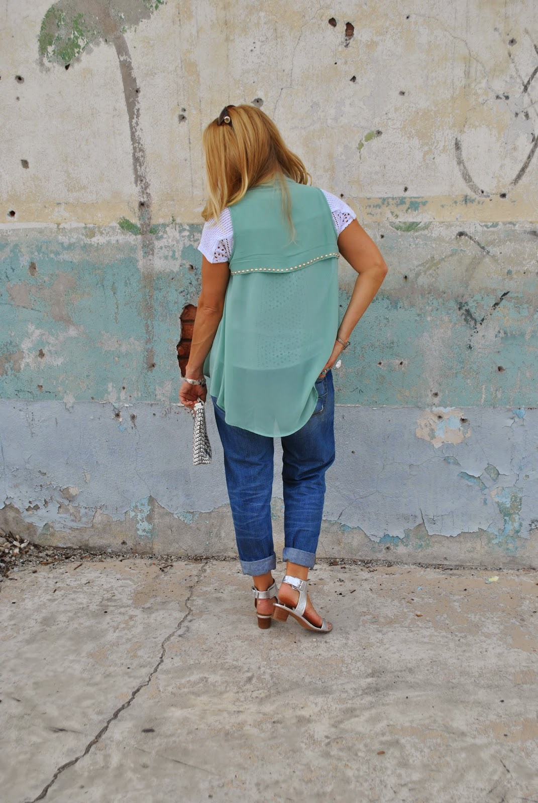 silver sandals and boyfriend jeans