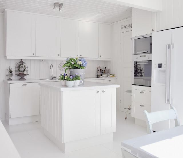Cocinas armarios puertas parquet novedades en for Cocina blanca electrodomesticos blancos