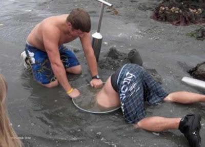 Un plombier plonge sous l'eau pour éparer une vanne