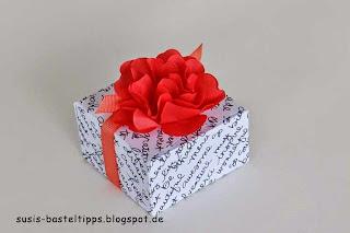 Blume aus gestanztem Baumwollpapier