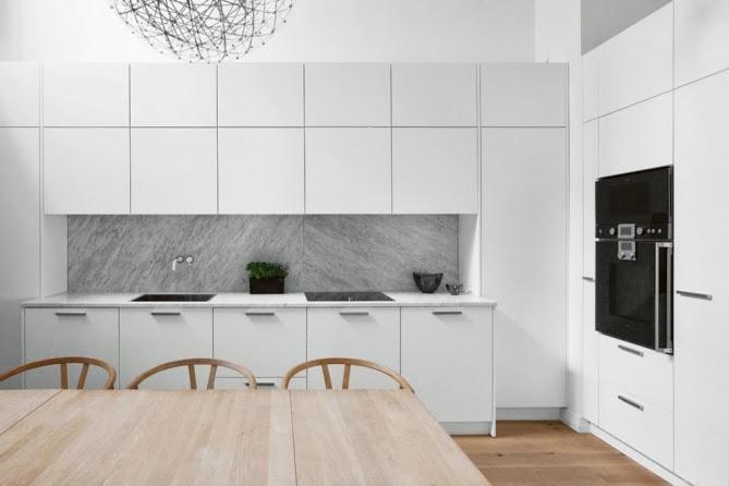 Kok Marmorskiva : Vitt modernt kok, vars stonkskydd i gro marmor absolut gor hela