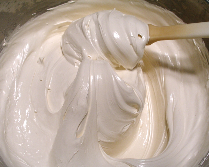 Messy Kitchen: Fabulous Homemade Marshmallow Fluff in under an hour