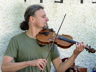 Stoney au violon lors d'un workshop folk, More Ohr Less 2015 / photo S. Mazars