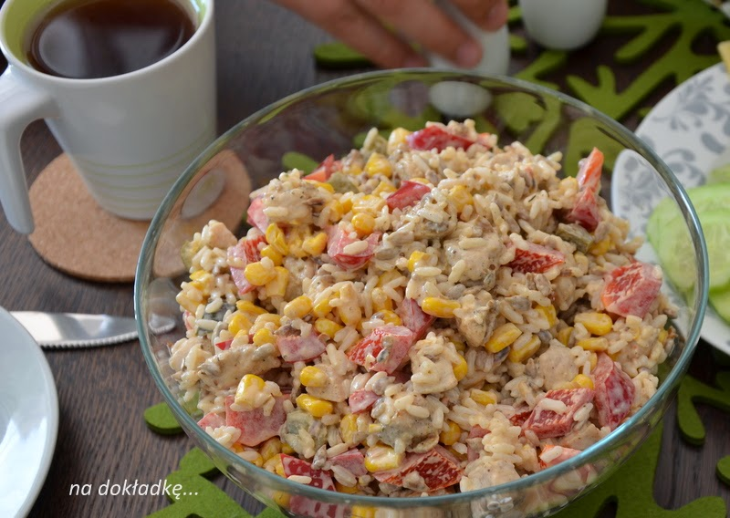 sałatka z piersi kurczaka, ryżu i prażonego słonecznika