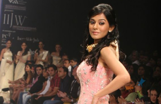Amrita Rao - Hot Ramp Walk At IIJW Photos