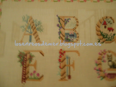Detalle de abecedario a punto de cruz