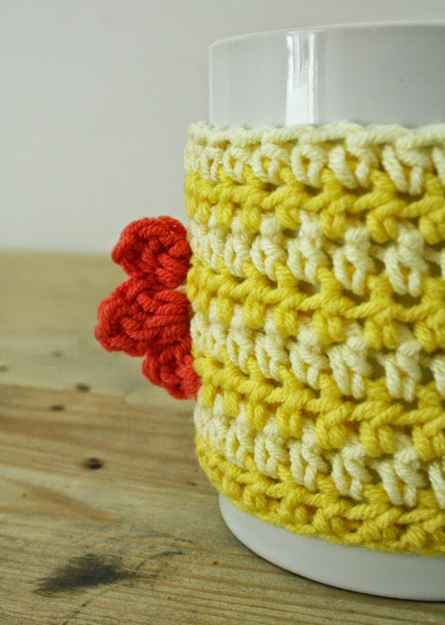 Cock-a-doodle easter coffee mug cosy: crochet tutorial | Happy in Red