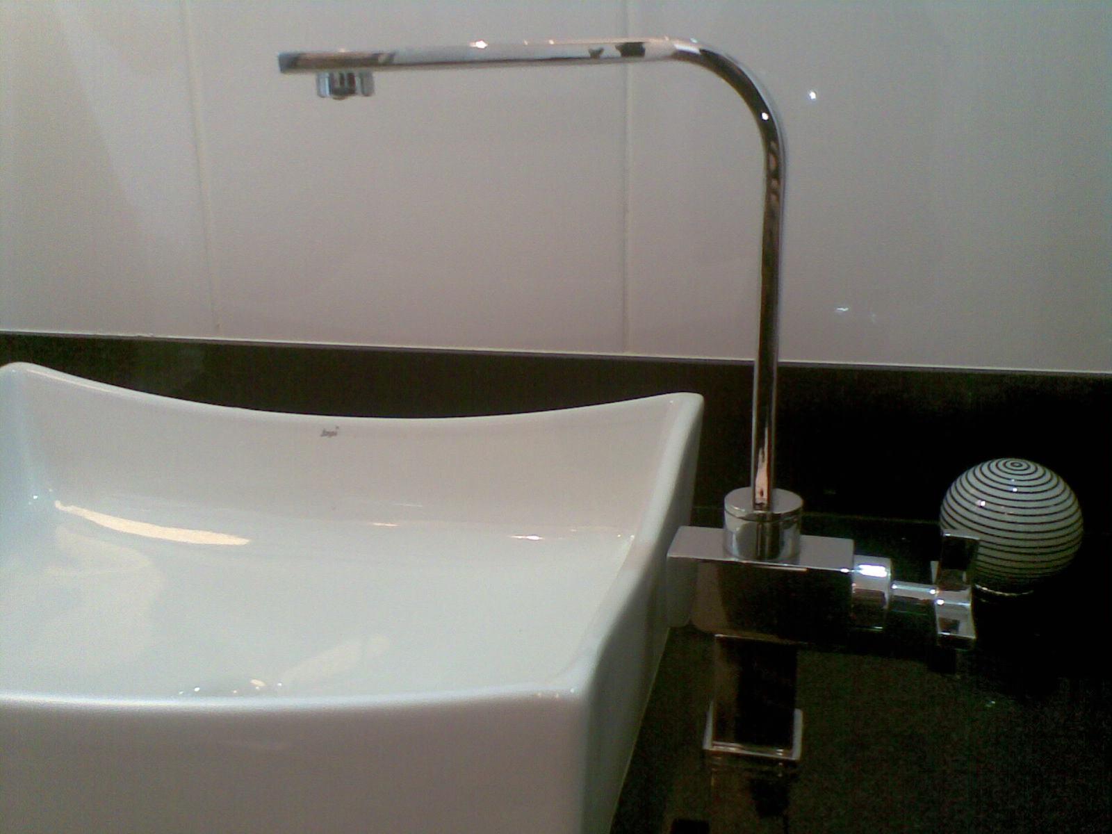 Contrastando o banheiro é todo contemporâneo com torneira  #16160C 1600 1200