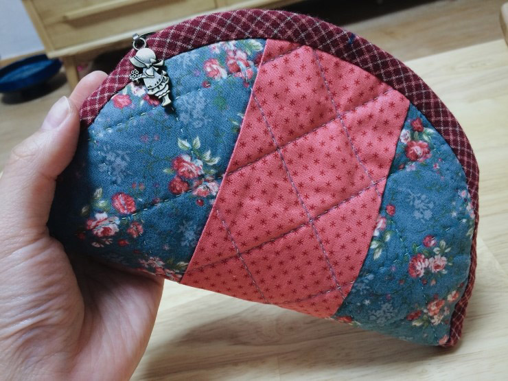 Quilted Zippered Cosmetic Bag Tutorial. ~ DIY Tutorial Ideas! : quilted cosmetic bags - Adamdwight.com