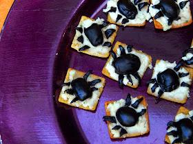 Halloween Snack Ideas / Spider Snacks / Oreo Bats / #SpookySnacks #shop #cbias