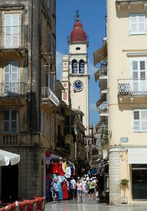 Der markante Glockenturm von Agios Spiridonas in Korfu Stadt