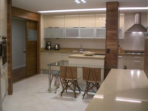 cozinha bege com madeira, prática, não tem erro e não cansa
