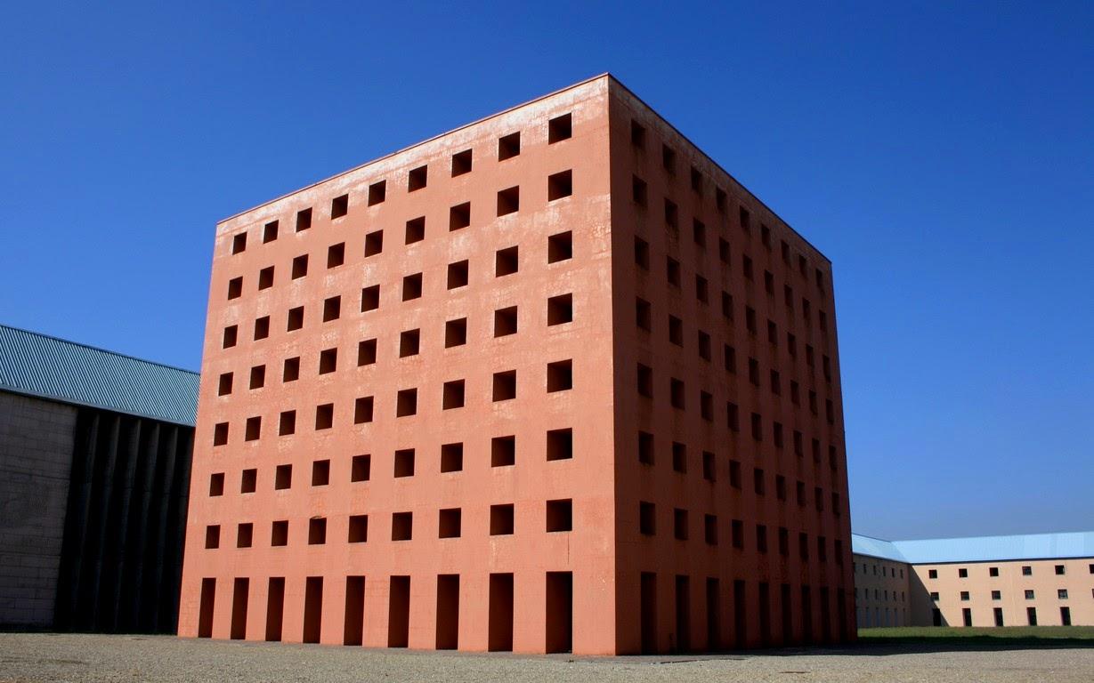 Lo spazio architettonico il cubo di aldo rossi for Casa a forma di v