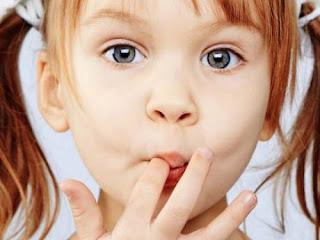 Как отбелить зубы.  Черно-белое фото цветные глаза.
