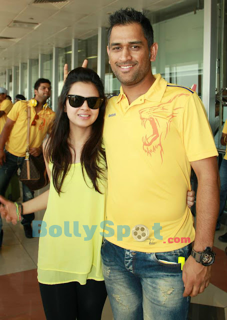 MS Dhoni With His Wife Sakshi Dhoni - HD Photo | Bolly Spot