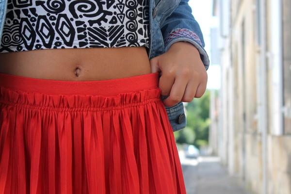 Jupe plissée rouge nombril