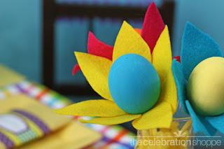 Ovos de Páscoa decorados com flores de feltro