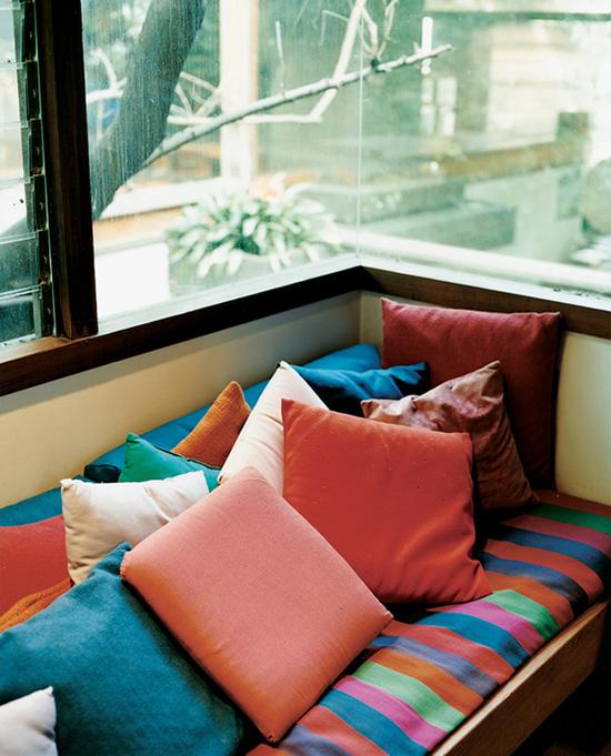 Cozy window seat © Joao Canziani via @designrulz