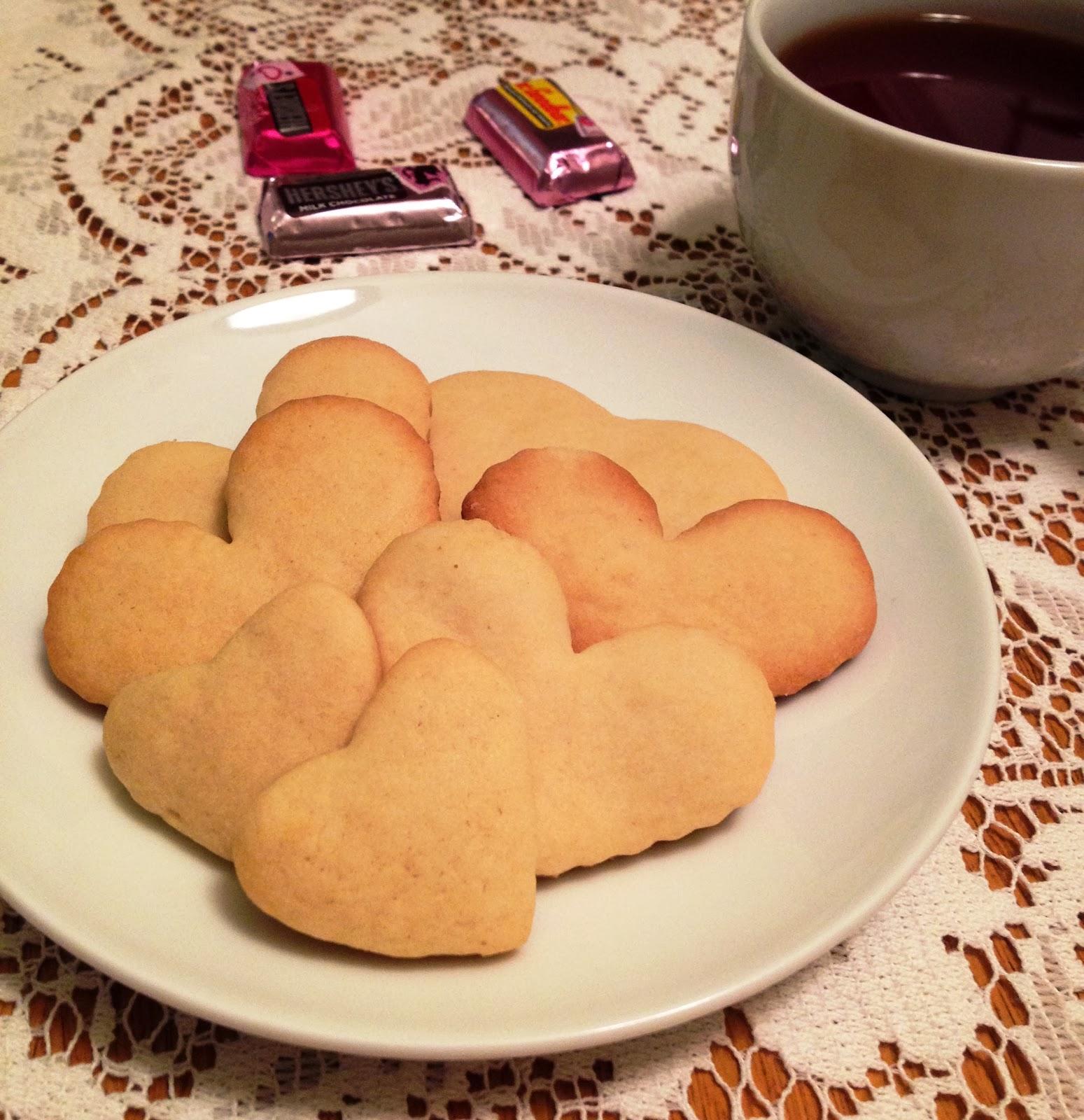 В День святого Валентина в почете все, что напоминает любовь.  И я не побоялась показаться не оригинальной в этот праздничный день. Поэтому печенье я испекла в форме сердечек.   Тесто для него выбрала самое простое, но очень вкусное. Думаю, что все сладкоежки любят песочное печенье.    Для теста надо: 2 яйца, 1 стакан сахара, 200 грамм сливочного масла, 2-3 стакана муки, щепотка гашеной соды, ваниль.        On Valentine's Day in honor anything that resembles love.  And I'm not afraid not seem original in this holiday. So I baked cookies in the shape of hearts.   Dough for him to choose the most simple but very tasty. I think that all the sweet tooth like shortbread .   To test the need : 2 eggs , 1 cup sugar , 200 grams of butter, 2-3 cups of flour, a pinch of slaked soda and vanilla.