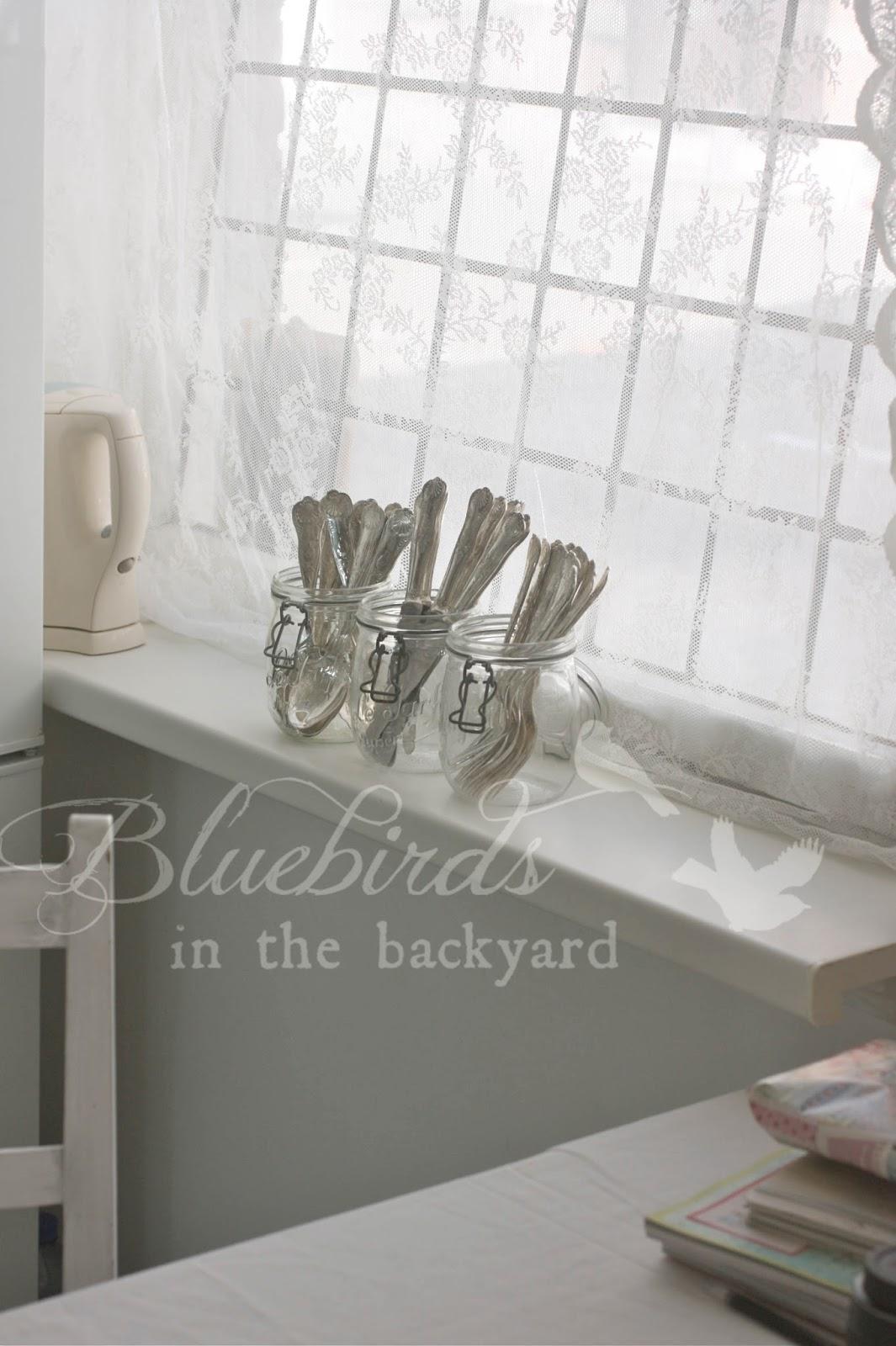 Bluebirds in the backyard: kitchen in retro pastel