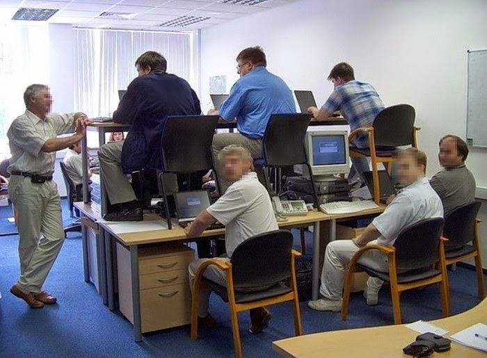 smešna slika: krizni menadžment u kancelariji