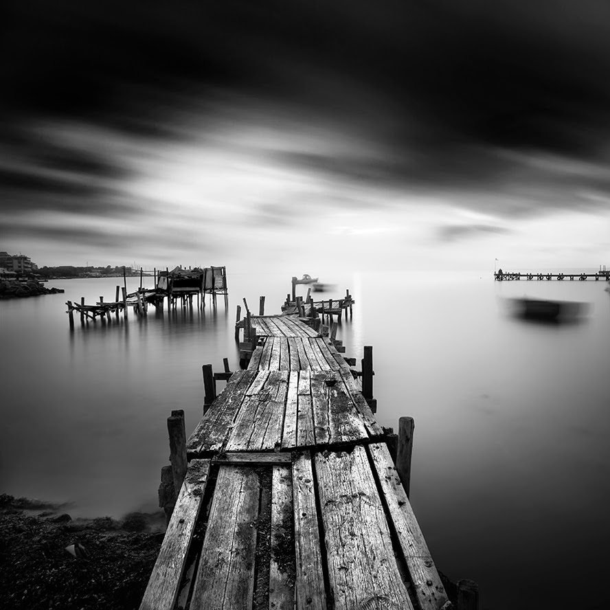 06-Vassilis-Tangoulis-The-Sound-of-Silence-in-Black-and-White-Photographs-www-designstack-co