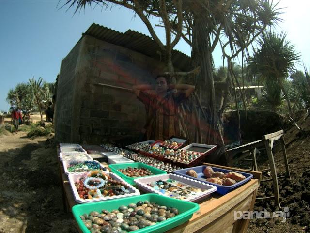 penjual akik di pantai pacitan