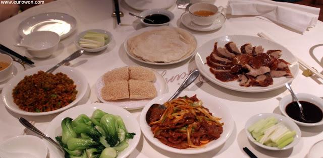 Mesa completa en un restaurante chino de Hong Kong