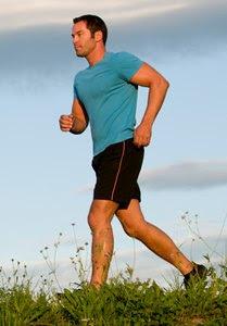 Homem correndo fazendo exercicios como retardar a ejaculação e prolongar o prazer sexual