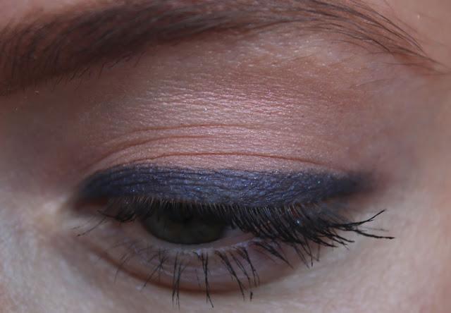 макияж глаз с синими стрелками