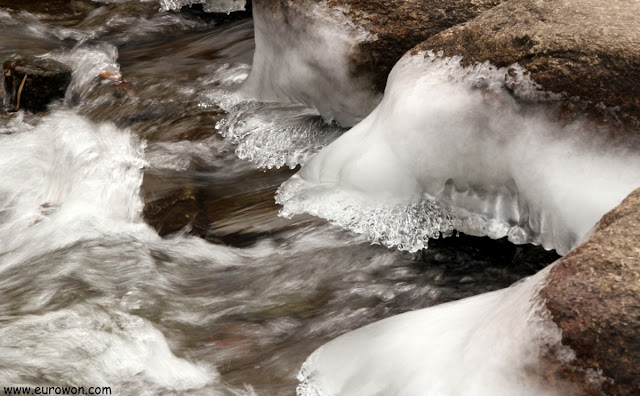 Rocas con hielo en río a velocidad lenta