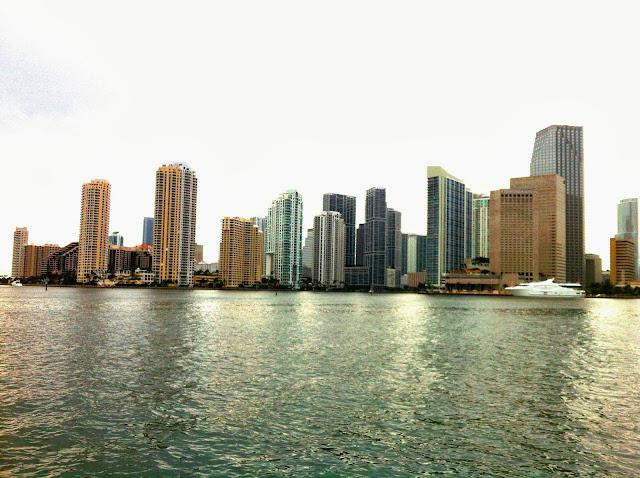 Vista de Downtown Miami pelo mar