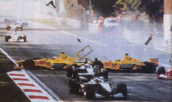 Acidente no GP Itália em 2000 que resultou na primeira morte de fiscais na F1 - by gps.gpexpert.com.br