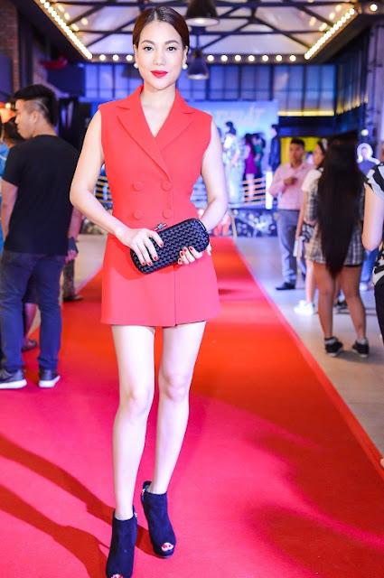Trương Ngọc Ánh khoe phong cách năng động trên thảm đỏ với vest giả váy. Màu son đỏ đậm tương đồng với bộ váy giúp người đẹp nổi bật hơn.