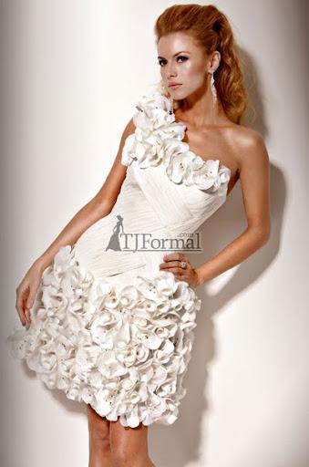 страхотна бяла рокля с бордюр от цветя