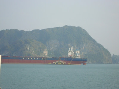 Barco navegando por Bahia de Halong