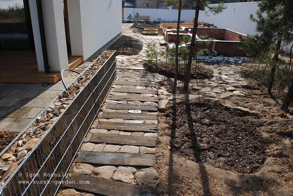 Садовая дорожка из шпал и бутового камня