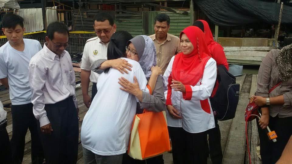 Terima kasih Dato Rosnah memberi sumbangan kepada mangsa kebakaran di kuala gula