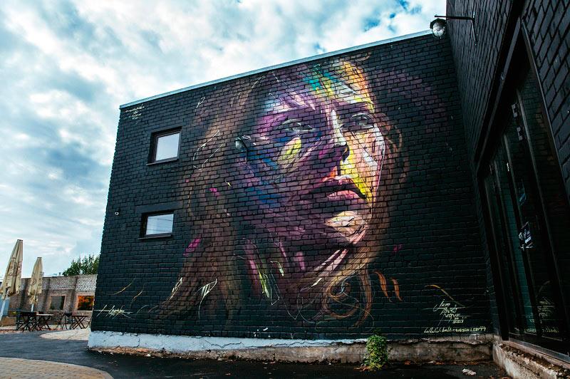 Hopare pinta frenéticos y coloridos retratos hiperrealistas en las calles de Francia y Estonia