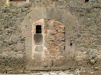 Porta tapiada de la façana nord de la casa d'Els Quatre Vents