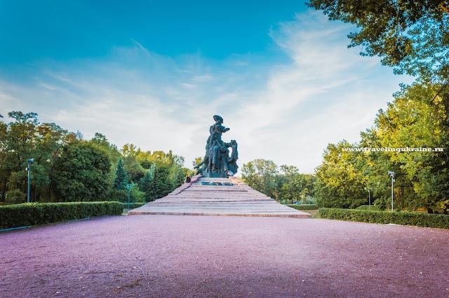 бронзовый памятник  расстрелянным в бабьем яру
