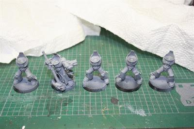 Imprimación de los caballeros grises con Neutral Grey de Vallejo Model Color