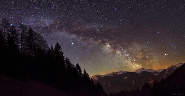 Dải Ngân Hà trên bầu trời dãy núi Alps thuộc Tyrol, miền tây nước Áo. Bạn có thể nhấn vào đây để xem các ngôi sao và thiên thể nổi bật trong hình ảnh này. Tác giả : Babak Tafreshi.