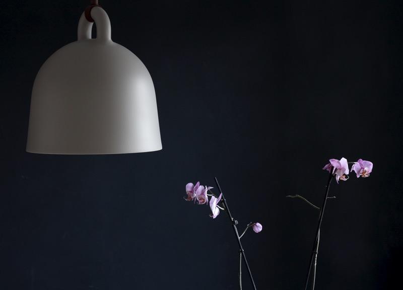 moderni valaisin ja orkidea