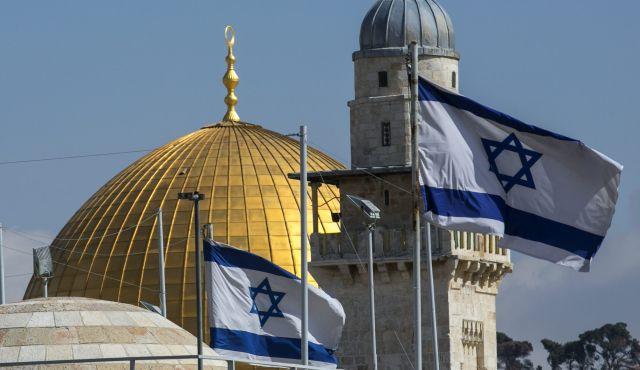 Cari Masalah ! Turis Perancis Kibarkan Bendera Israel di Areal Masjid Al-Aqsa