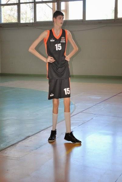 Olivier Rioux, un niño Canadiense mide 2'18m ¿ Estamos ante el futuro hombre más alto del mundo?  Alto